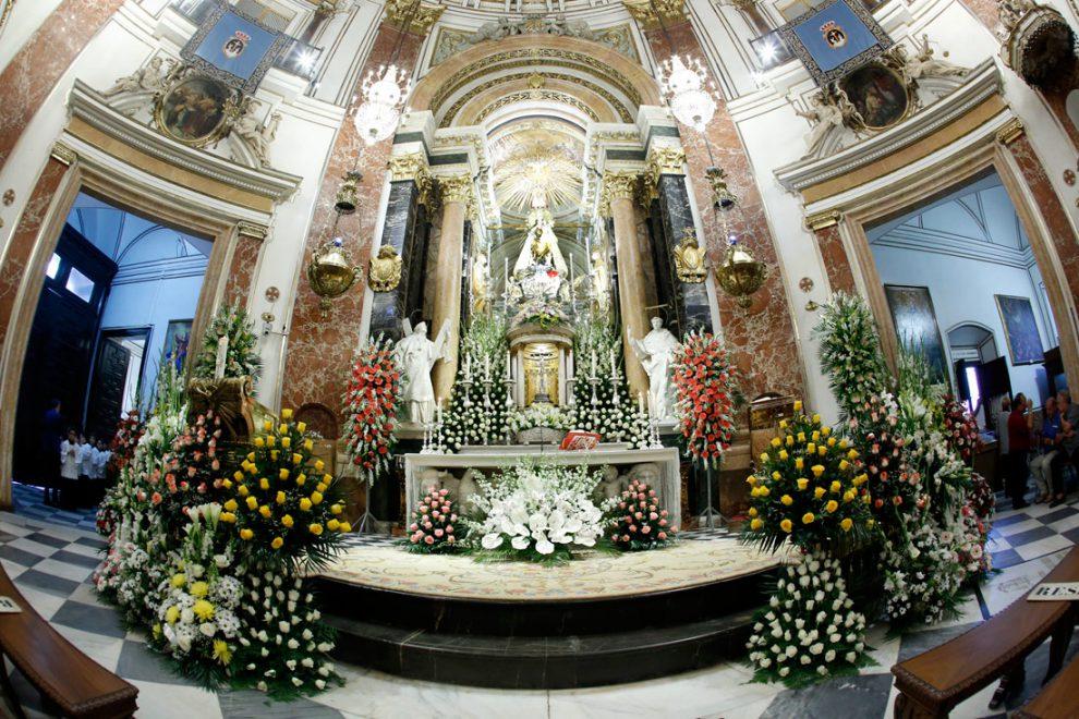 Los floristas decoran la Basílica de la Virgen/Img. Alberto Sáiz
