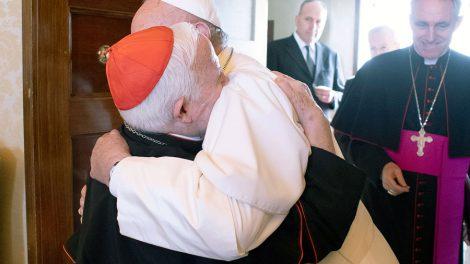 El Papa Francisco y el Cardenal Cañizares se funden en un fraternal abrazo/Img. Archidiócesis de Valencia