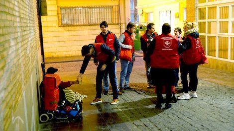 Voluntarios de la Orden de Malta reparten desayunos en Valencia/Img. A.Sáiz