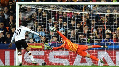 Kepa acierta a desviar el lanzamiento desde el punto de penalti de Dani Parejo que hubera significado el 2-2/Img. Twitter