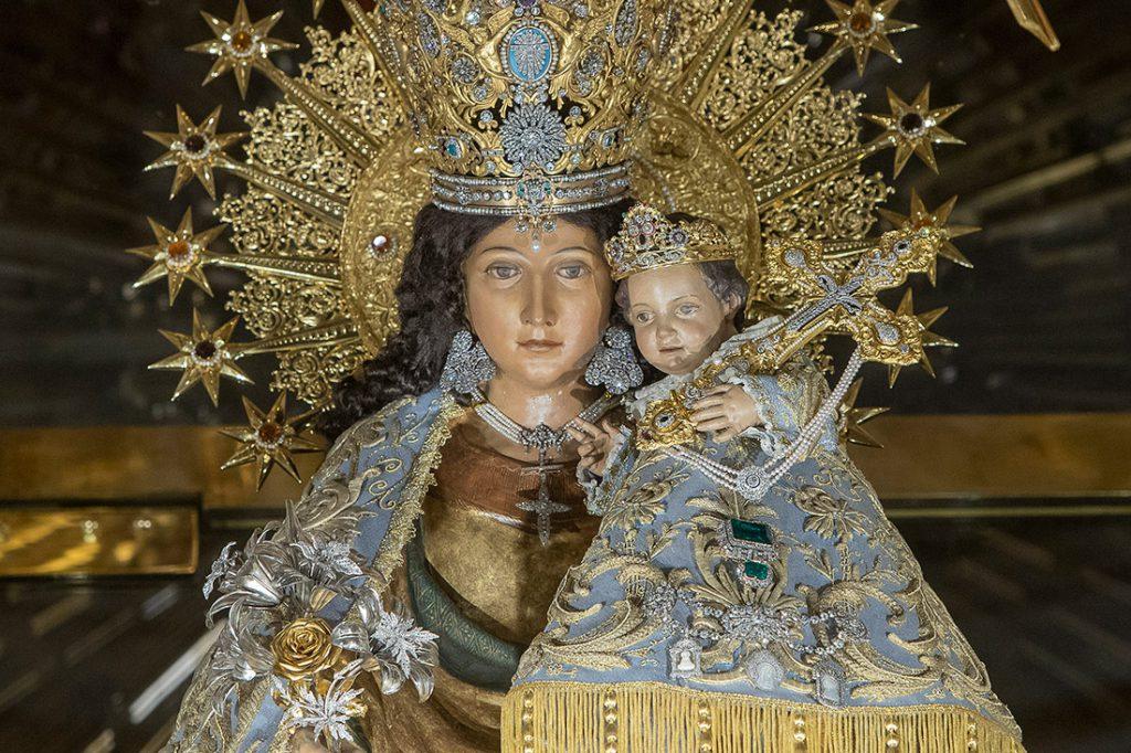 Se trata de un manto que data de principios del siglo XX y que fue el primer manto solemne que llevó la imagen de la Virgen después de la persecución religiosa/Img. Víctor Gutiérrez