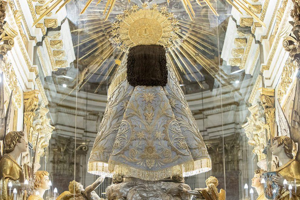 """La imagen principal de la Virgen de los Desamparados vuelve a vestir el """"manto de los dragones"""" tras su restauración/Img. V.Gutiérrez"""