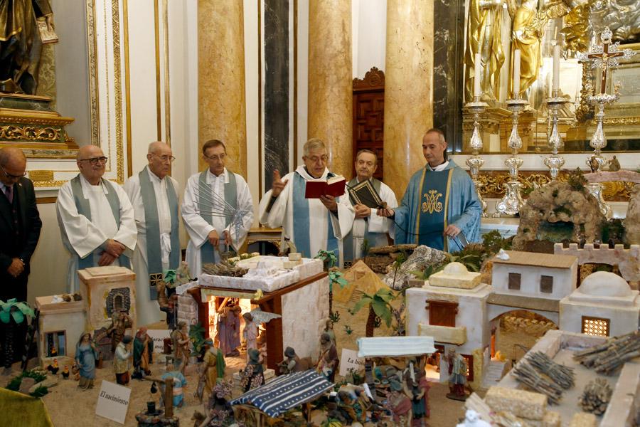 El rector de la Basílica, Jaime Sancho, bendice el belén del Camerín de la Virgen./Img. J. Peiró