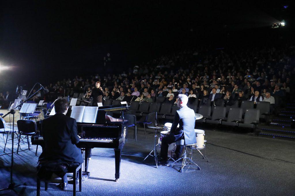 Medio millar de valencianistas se dieron cita en la inmensa sala 23 de Kinepolis para disfrutar de un concierto en el que fútbol, ópera y espectáculo se unieron en un equipo ganador a favor de la causa benéfica, el A-Ball/Img. informaValencia.com