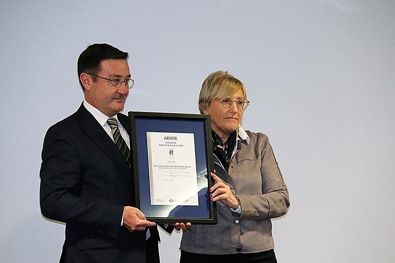 Salvador Ibañez Moscardó, director de la Delegación de la Comunidad Valenciana de AENOR hace entrega a la consellera de la Certificación/Img. informaValencia.com