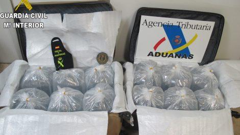 Imagen de las bolsas con angulas interceptadas en el aeropuerto de Manises/Guardia Civil