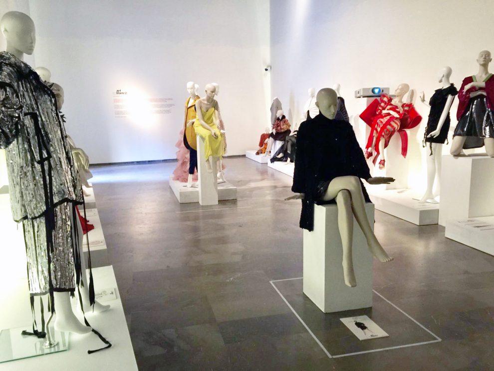 La exposición 'Artenblanc' une diseño y costura valenciana en el Centre del Carme/GVA