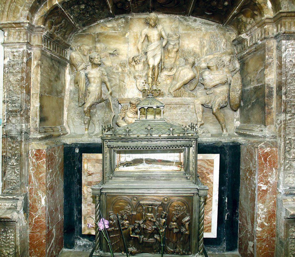 Relicario de plata que contiene el brazo momificado del santo. Foto: M. Guallart