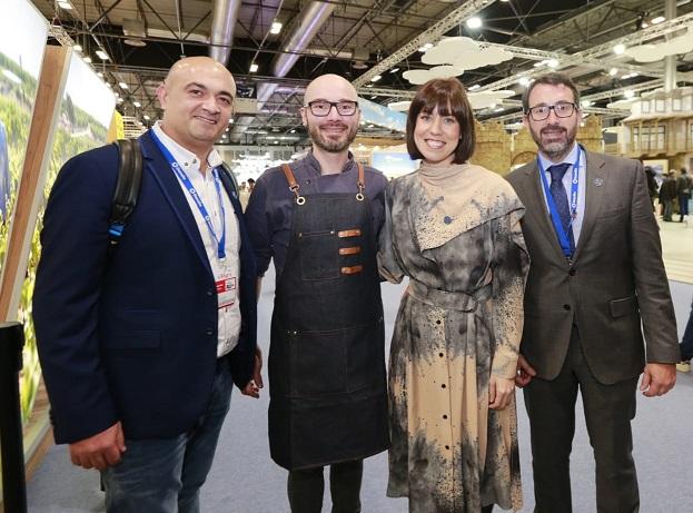 La alcaldesa de Gandia, Diana Morant, y al concejal de Turismo, Vicent Mascarell, junto con chef de la ciudad./Img. informaValencia.com
