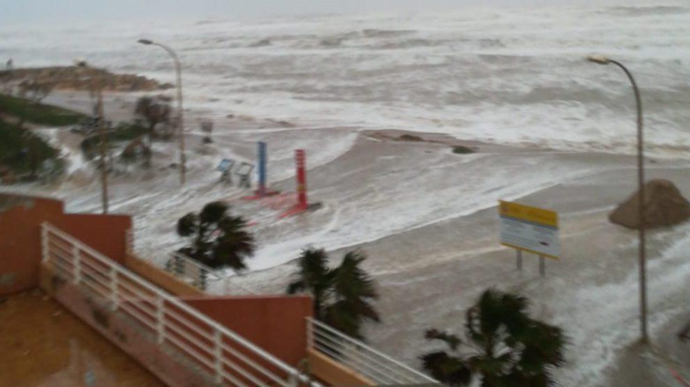El agua ha llegado hasta la línea de casas en El Perellonet/Img. Ricardo Bayo/ informaValencia.com