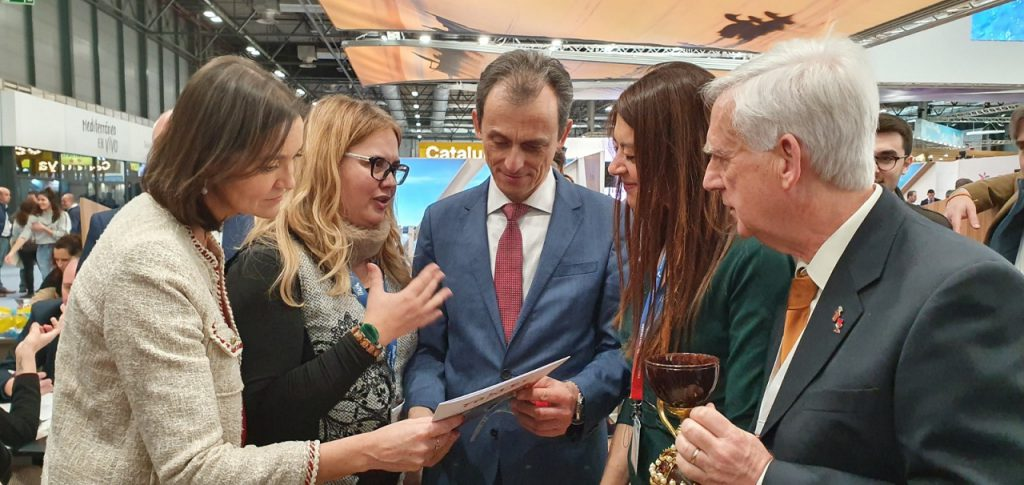 Los ministros Duque y Maroto con la doctora Ana Mafé ayer en FITUR/informaValencia.com