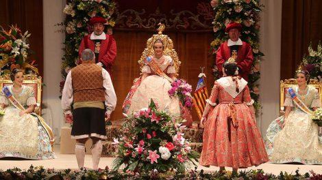 Consuelo Llobell recibe la ofrenda floral/Img. Armando Romero
