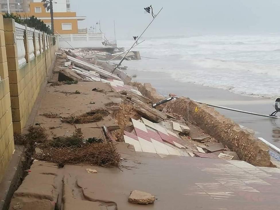 Los daños en el paseo marítimo de El Perelló/Img. L.Albert