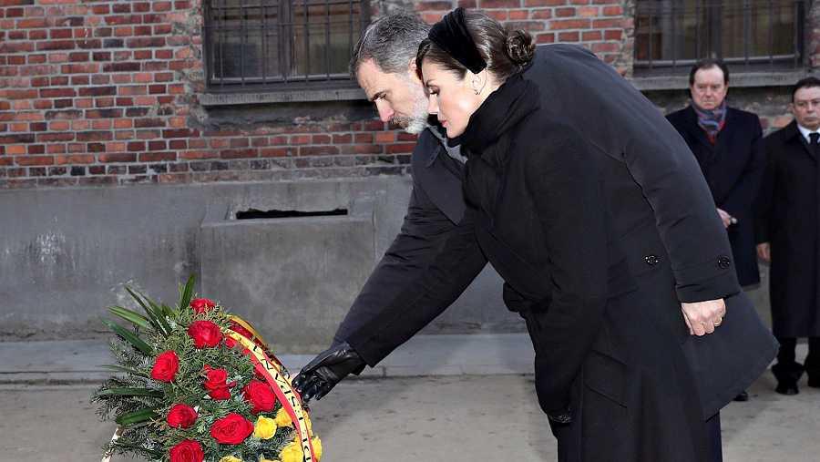 Los reyes de España colocan una corona en el 'muro de la muerte' de Auschwitz en el 75 aniversario de su liberación/Rtve