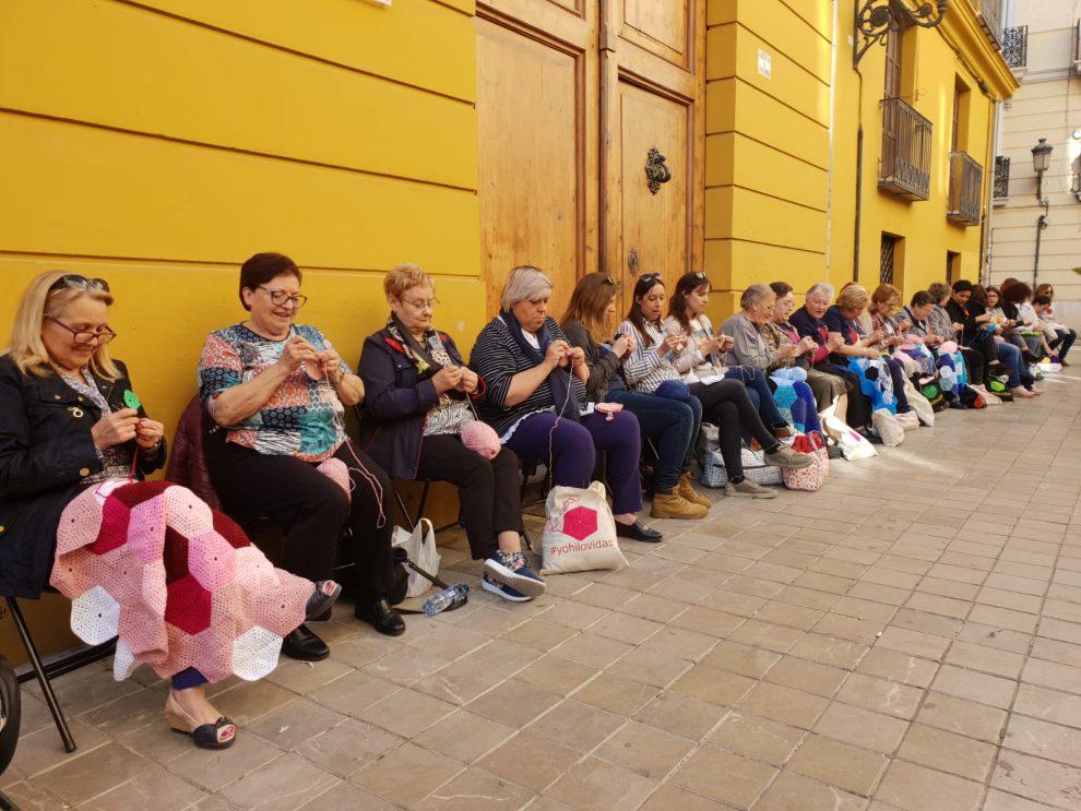 Cientos de mujeres tejen piezas para los murales de Sororidad Serranía/Img. informaValencia.com