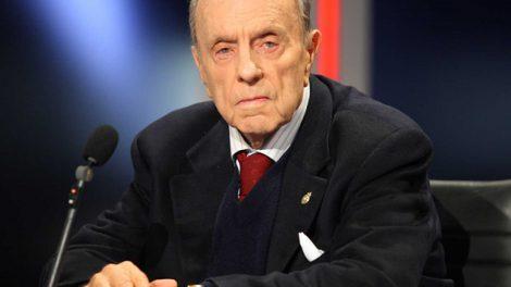 Manuel Fraga Iribarne  fue un político, diplomático y profesor español de Derecho. Fue profesor catedrático de Derecho Político y de Teoría del Estado y Derecho Constitucional; doctor en Derecho y licenciado en Ciencias Políticas y Económicas. Uno de los 'padres' de la Constitución./Rtve