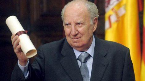 Fotografía de archivo, tomada el 09 de octubre de 2008, del dramaturgo y periodista Juan Alfonso Gil Albors, que ha fallecido en Valencia a los 92 años de edad/EFE