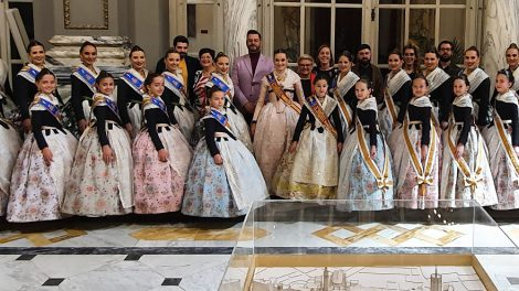 Consuelo Llobell y Carla García con sus Cortes de Honor/Dip.